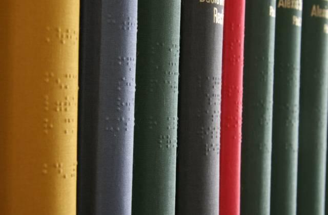 Eine Reihe von Braille-Büchern aus der Sammlung der DZB